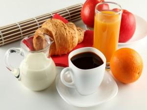 Desayuno con frutas, café y bollo