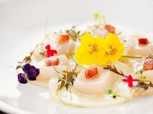 Plato de comida decorado con bonitas flores