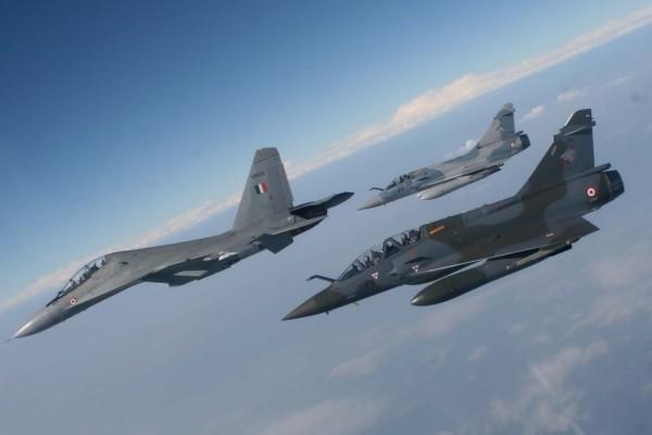Tres aviones de combate italianos