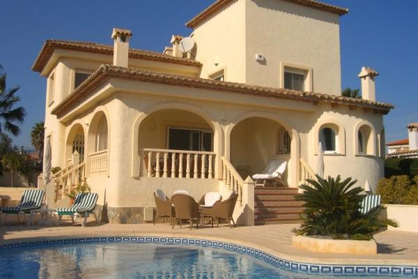 Elegante casa con piscina
