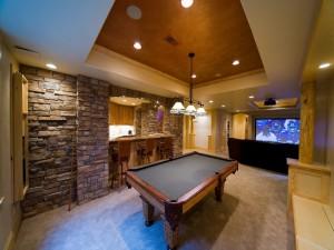 Habitación con mesa de billar y televisor