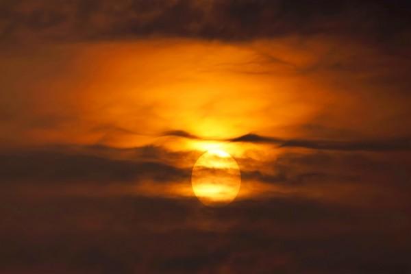 El sol iluminando entre las nubes