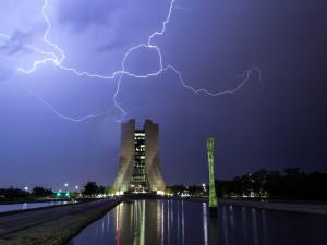 Postal: Tormenta eléctrica sobre el edificio