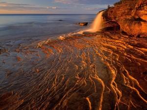 Pequeña cascada en el mar