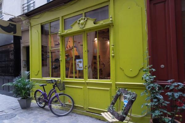 Bicicleta en la puerta de la zapatería