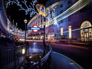 Postal: Carretera y entrada al metro en la ciudad de Londres