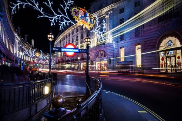 Carretera y entrada al metro en la ciudad de Londres