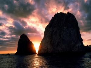El ocaso del sol entre dos grandes rocas