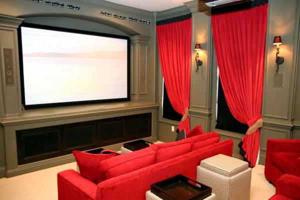 Sala de estar con un televisor de plasma