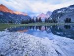 Amanecer en el lago de las montañas