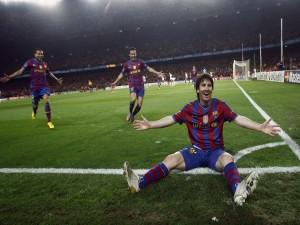 Postal: Messi feliz sentado en el campo