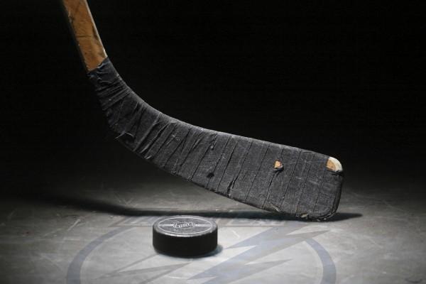 Stick y disco sobre la pista de hockey