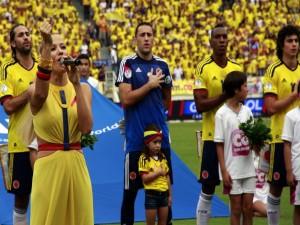 La cantante Fanny Lu, interpretando el himno de la selección de Colombia