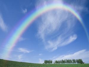 Postal: Arcoíris en un cielo azul