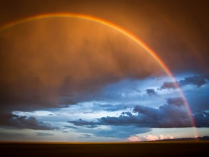 Un bonito arco iris al atardecer