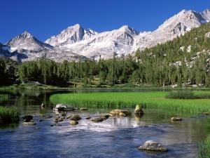 Un río junto a las montañas