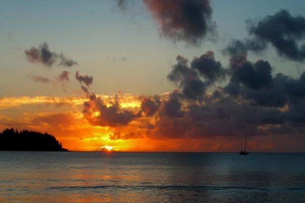 El sol entre nubes en el horizonte