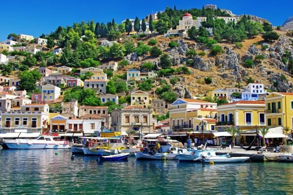 Barcos y casas en la isla de Symi (Mar Egeo, Grecia)