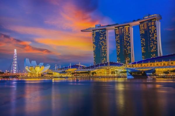 """El sol ocultándose tras el edificio """"Marina Bay Sands"""" (Singapur, Asia)"""