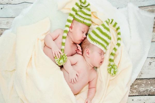 Bebés durmiendo sobre una manta