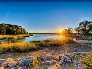 El sol brillando en el río