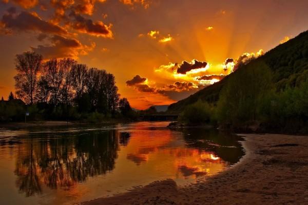 La luz del sol al anochecer en el río