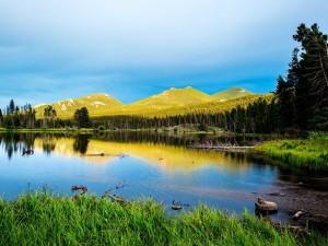 Lago Sprague, en el Parque Nacional de las Montañas Rocosas (Estados Unidos)