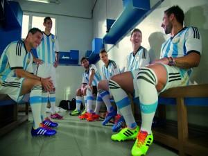 Postal: Jugadores de la Selección Argentina en el vestuario
