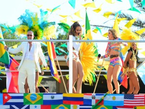 "Pitbull, JLo y Claudia Leitte interpretando la canción ""We Are One (Ole Ola)"""