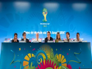 Postal: Pitbull y Claudia Leitte presentando la canción para el Mundial 2014
