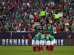 Abrazo colectivo entre los jugadores de la Selección Mexicana de Fútbol