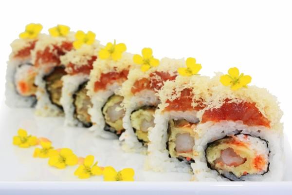 Flores amarillas decorando la comida japonesa