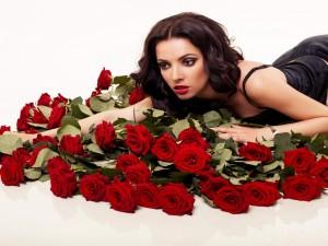 Postal: Mujer sobre una montaña de rosas rojas