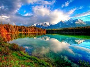 Postal: Nubes sobre el lago y las montañas