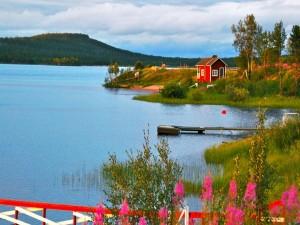 Postal: Casita roja junto al lago