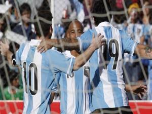 Abrazo de los jugadores argentinos junto a la portería