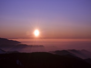 Postal: El sol brillando en un precioso paisaje