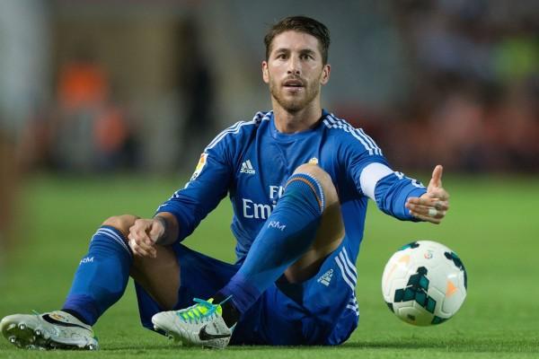 El futbolista Sergio Ramos sobre el césped