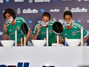 Tres jugadores de la Selección Mexicana rodando un anuncio