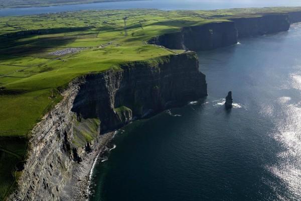 Grandes acantilados en la costa