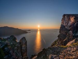 Observando los rayos del sol desde los acantilados
