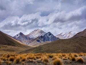 Concentración de nubes sobre las montañas