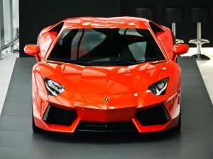 Postal: Lamborghini rojo en exposición