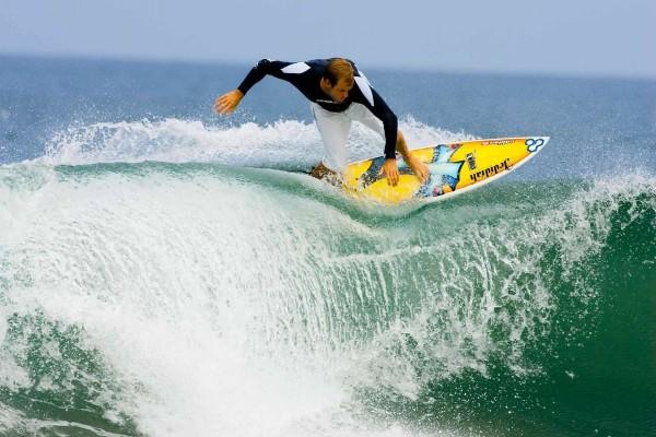 Un joven practicando surf