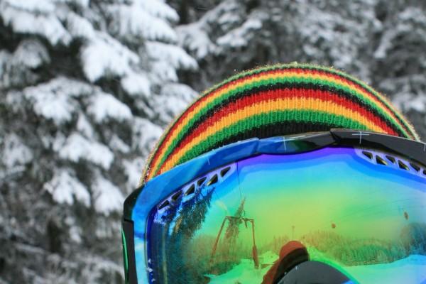 Pista de esquí reflejada en las gafas del esquiador