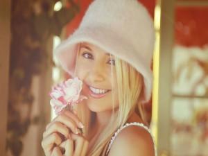 Postal: Guapa muchacha con una flor