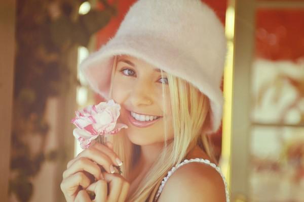 Guapa muchacha con una flor