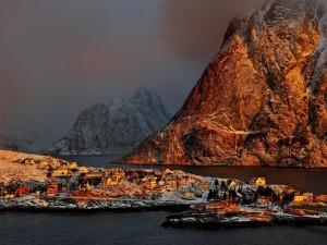 Niebla en los fiordos de Noruega