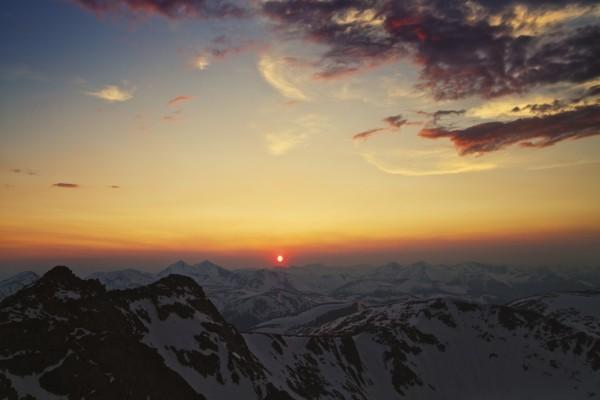 El sol naciente iluminando los picos de las montañas