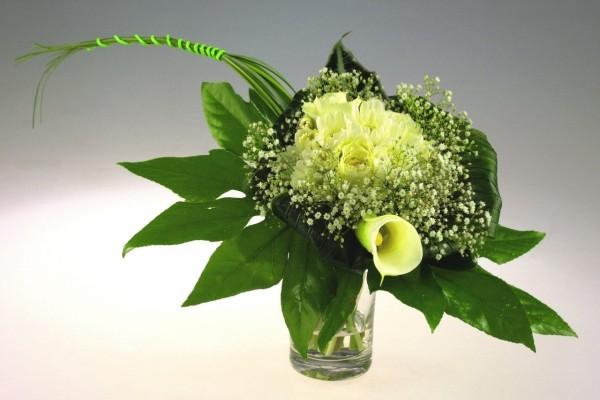 Ramo de novia con flores blancas y grandes hojas verdes